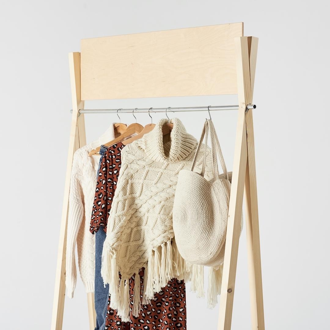 Drewniany wieszak na ubrania.