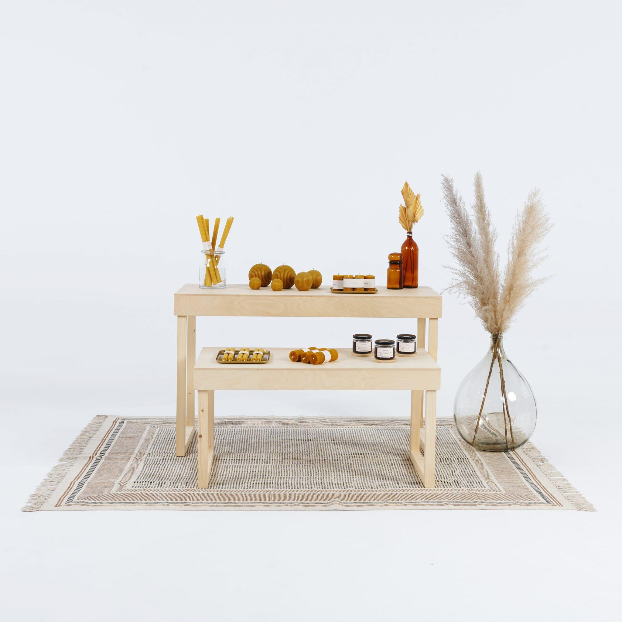 Drewniane stoły ekspozycyjne