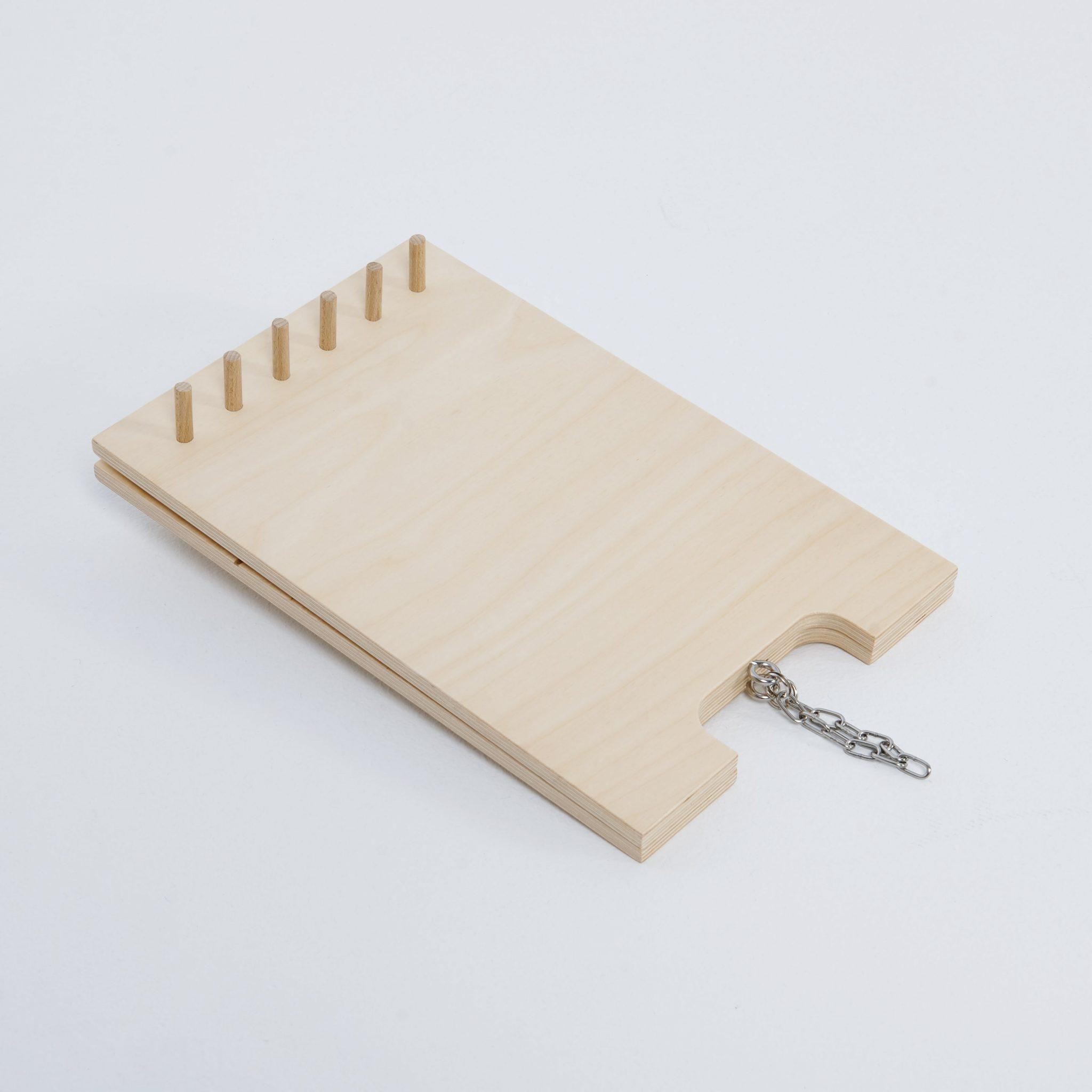 Drewniany stojak na naszyjniki